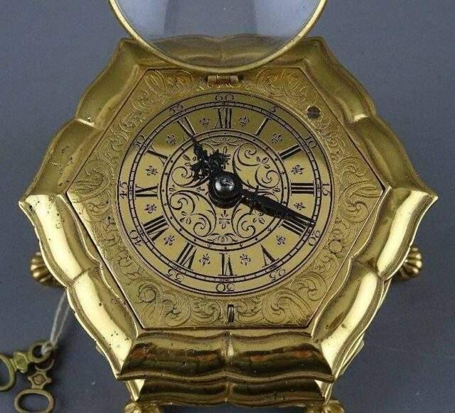 Horizontal table clock